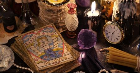 Sfeervolle opstelling met tarotkaarten